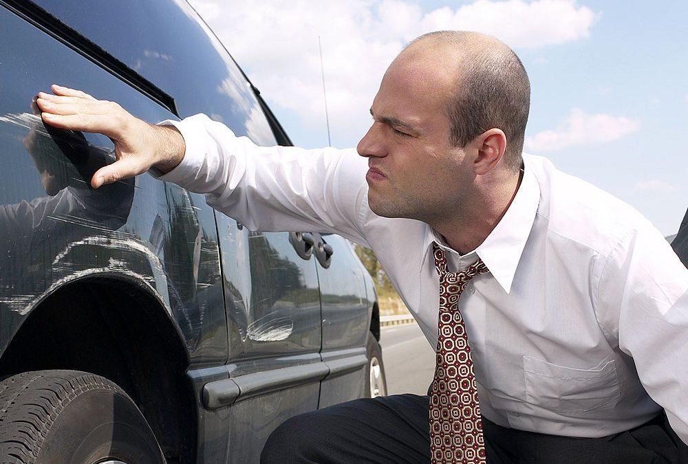 Arranharam meu carro. O seguro cobre danos à pintura?